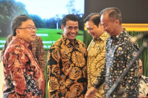 Sejumlah menteri terlibat diskusi kecil sebelum mengikuti Sidang Kabinet Paripurna, di Istana Kepresidenan Bogor, Jabar, Selasa (23/4) pagi. (Foto: JAY/Humas)