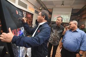 Menkominfo Rudiantara (kiri) menandatangani poster pameran disaksikan Ketua KPU Arief Budiman dan Dirut LKBN Antara Meidyatama Suryodiningrat pada pameran foto dan peluncuran buku Kilas Balik 2018 di Galeri Foto Jurnalistik Antara, Jakarta, Jum'at (26/4).