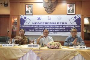 Menristekdikti M. Nasir mengumumkan hasil seleksi PMDK-PN, di kantor Kemenristekdikti, Jakarta, Rabu (16/4). (Foto: Humas Kemenristekdikti).