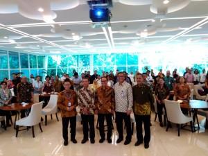 Seluruh peserta forum tematik bakohumas Kemlu berfoto bersama dalam acara yang dilaksanakan di Aula Kantin Diplomasi, Kemlu, Jakarta, Kamis (4/4). (Foto: Humas/Nisa)