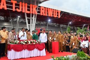 President Jokowi inaugurates Tjilik Riwut airport's new terminal, Palangkaraya, Central Kalimantan, Monday (8/4). (Photo by: BPMI)