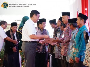 Maritime Affairs Coordinating Minister Luhut and Agrarian Minister deliver waqf certificates at the Al-Masthuriyah Islamic Foundation Building, Cisaat, Sukabumi Regency, West Java, Wednesday (10/4). (Photo by: Ministry of Agrarian & Spatial Planning PR)