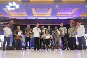 Minister of Research, Technology, and Higher Education Mohamad Nasir presents awards to the participants of Indonesia Startup Summit (ISS), at the Jakarta International Expo, Wednesday (10/4). (Photo by: Ministry of Research, Technology, and Higher Education PR)