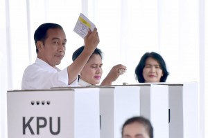 Presiden Jokowi saat gunakan hak pilih di Gambir, Jakarta, Rabu (17/4). (Foto: BPMI)