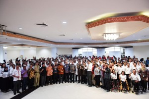 Athletes take group photo after receiving Decree of Civil Servant Candidates at office of Ministry of Youth and Sports, Senayan, Jakarta, Tuesday (2/4). (Photo: Ministry of Youth and Sports)