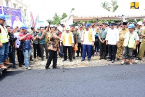 Menteri PUPR menyaksikan penghamparan aspal karet pada ruas Jalan Prabumulih-Muara Enim yang lokasinya berdekatan dengan lokasi Pencanangan Jalan Tol Simpang Indralaya-Muara Enim-Palembang, Selasa (9/4). (Foto: Kementerian PUPR).