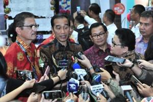 Presiden Jokowi didampingi Seskab Pramono Anung menjawab wartawan usai membuka Inaraft 2019, di JCC Jakarta, Rabu (24/4) siang. (Foto: JAY/Humas)