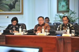 Menteri PPN/Kepala Bappenas Bambang Brodjonegoro saat mengikuti rapat terbatas, di Kantor Presiden, Jakarta, Senin (29/4) siang. (Foto: JAY/Humas)