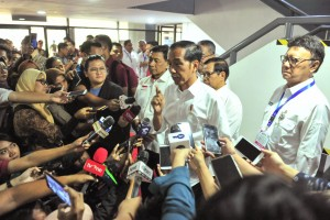 Presiden Jokowi menjawab pertanyaan wartawan di Kompleks Gelora Bung Karno (GBK), Rabu (10/4). (Foto: Humas/Jay).