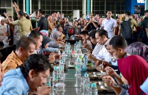 Presiden Jokowi makan siang bareng buruh saat berkunjung ke pabrik sepatu PT KMK Global Spors, di Kel. Talagasari, Kec. Cikupa, Kabupaten Tangerang, Banten, Selasa (30/4) siang. (Foto: Setpres)