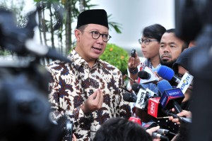 Minister of Religious Affairs Lukman Hakim Saifuddin answers questions from the journalists after attending a limited cabinet meeting at the Merdeka Palace, Jakarta, Thursday (18/4). Photo by: JAY/PR.