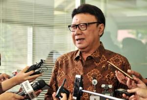 Mendagri Tjahjo Kumolo menjawab wartawan usai mengikuti rapat terbatas, di Kantor Presiden, Jakarta, Senin (22/4) siang. (Foto: JAY/Humas)