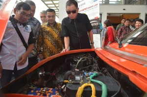 Minister of Energy and Mineral Resources Ignasius Jonan inspects an electric car produced by the National Institute of Technology (Itenas) in Bandung, Saturday (27/4). Photo by: PR of Ministry of Energy and Mineral Resources.