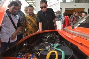 Menteri ESDM Ignasius Jonan melihat spek mobil listrik besutan Institut Teknologi Nasional (Itenas) Bandung, Sabtu (27/4). (Foto: Humas Kementerian ESDM)