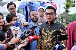 Kepala Staf Kepresidenan Moeldoko menjawab wartawan usai mengikuti rapat terbatas, di Istana Merdeka, Jakarta, Kamis (18/4) siang. (Foto: JAY/Humas)