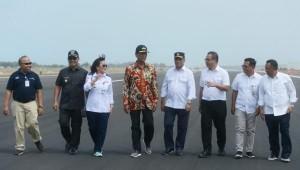Menhub Budi K. Sumadi didampingi Gubernur DIY Sri Sultan Hamengkubuwono X meninjau pembangunan Bandara Baru Yogyakarta, NYIA, di Kulon Progo, DIY, Rabu (24/4) siang. (Foto: Humas Kemenhub)