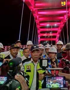Menteri PUPR Basuki Hadimuljono menjawab wartawan usai meninjau pembangunan Jembatan Holtekamp, di Jayapura, Papua, beberapa waktu lalu. (Foto: BKP Kementerian PUPR)