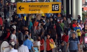 Sejumlah pemudik antre memasuki terminal keberangkatan 1 B bandara Soekarno Hatta, Tangerang, Banten, Selasa (14/7).