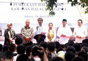 Presiden Jokowi didampingi sejumlah pejabat meresmikan Halal Park, di kompleks GBK Senayan, Jakarta, Selasa (16/4) siang. (Foto: Rahmat/Humas)