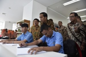 President Jokowi, accompanied by Cabinet Secretary Pramono Anung, meets with persons with disabilities in the National Library. Photo by: IST.