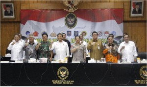 Menko Polhukam Wiranto bersama para pejabat jajaran Polhukam usai rapat koordinasi di kantor Kemenko Polhukam, Jakarta, Senin (15/3) siang. (Foto; Kemenko Polhukam)