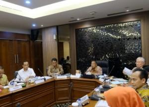Menko Perekonomian Darmin Nasution memimpin Rapat Koordinasi tentang Persiapan Ramadan dan Idul Fitri 1440 H, di kantor Kemenko Perekonomian, Jakarta, Kamis (25/4) siang. (Foto: Humas Kemenko Perekonomian)