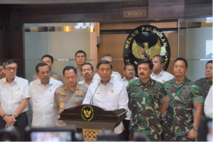 Coordinating Minister for Political, Legal and Security Affairs Wiranto, accompanied by a number of officials from the National Police, deliver a press statement, at the Office of the Coordinating Ministry for Political, Legal and Security Affairs, Jakarta, Thursday (18/4). (Photo by: KemenkoPolhukam PR)