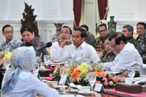 President Jokowi accompanied by Vice President Jusuf Kalla chairs a limited meeting, at the Presidential Palace, Jakarta, Thursday (18/4). (Photo by: Jay/PR)
