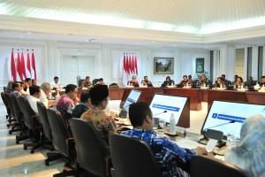 Presiden Jokowi didampingi Wapres Jusuf Kalla memimpin Rapat Terbatas tentang Tindak Lanjut Rencana Pemindahan Ibukota, di Kantor Presiden, Jakarta, Senin (29/4) siang. (Foto: JAY/Humas)