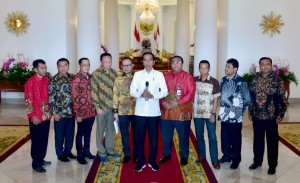 President Jokowi accompanied by Board of Labor Unions delivers press conference at Bogor Presidential Palace, West Java, Friday (26/4). (Photo: Presidential Secretariat)