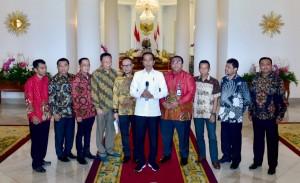 Presiden Jokowi didampingi pimpinan Serikat Pekerja menyampaikan keterangan pers di Istana Kepresidenan Bogor, Jabar, Jumat (26/4) siang. (Foto: Setpres)