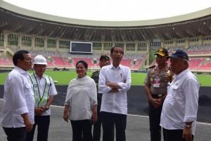 Presiden Jokowi didampingi Ibu Negara Iriana, Seskab, dan Menteri PUPR meninjau pembangunan Stadion Utama Papua Bangkit, di Jayapura, Papua, Senin (1/4) siang. (Foto: OJI/Humas)