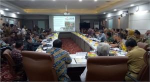 Rombongan Komisi II DPR RI bertemu dengan Pemprov Sumsel dan jajaran SKPD, di kantor Pemprov Sumsel, Palembang, Senin (1/4) (Foto: Deny S/Humas)