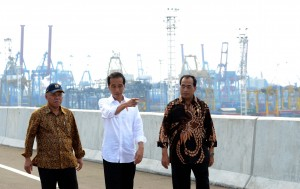 President Jokowi, accompanied by Minister of Transportation and Minister of Public Works and Public Housing, inspects sea port access toll road. Photo by: Cabinet Secretariat.