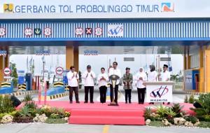 Presiden Jokowi saat meresmikan Tol Pasuruan-Probolinggo, Kamis (10/4). (Foto: BPMI)