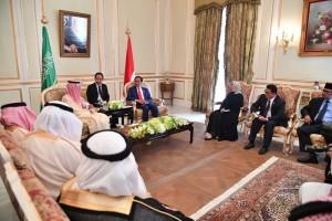 Presiden saat bertemu dengan Menlu Arab Saudi di Royal Guest House, Riyadh, Minggu (14/4). (Foto: BPMI)