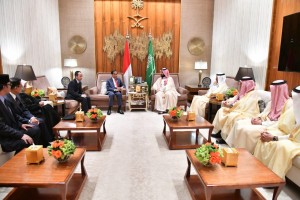 President Jokowi meets with Saudi Arabia's Crown Prince Mohammed bin Salman at the Palace of the Crown Prince in Riyadh on Sunday (14/4). (Photo by: BPMI)