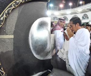 Presiden didampingi Ibu Negara sebelum mencium hajar aswad saat menunaikan ibadah umroh, Senin (15/4). (Foto: BPMI)