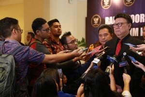Mendagri menjawab pertanyaan wartawan di Hotel Sari Pan Pacific, Jakarta Pusat, Sabtu (6/4). (Foto: Kemendagri)