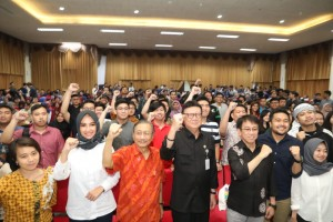 Home Affairs Minister takes group photo after attending an event at Surabaya Trenggilis University, Surabaya, Friday (12/4). (Photo: Ministry of Home Affairs).