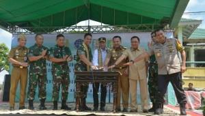 Menhub dan KSAD dalam acara Peresmian Pemanfaatan Pangkalan Udara TNI AD Gatot Subroto sebagai Bandara Sipil, di Lampung, Sabtu (6/4). (Foto: Kemenhub).