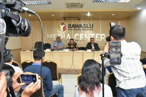 The Election Supervisory Board (Bawaslu) and Ministry of Communication and Informatics hold press conference at Bawaslu's office, Jakarta, Saturday (13/4). (Photo: Ministry of Communication and Informatics)