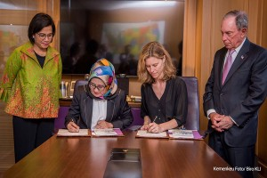 Finance Minister witnesses the signing of MoU between PT SMI and Bloomberg Philanthropies in New York, Monday (8/4). (Photo by: Ministry of Finance)