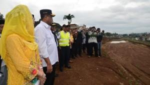 Menhub saat meninjau pembangunan rel ganda di Desa Tenjo Ayu, Kecamatan Cicurug, Kabupaten Sukabumi, Kamis (4/4). (Foto: Kemenhub)