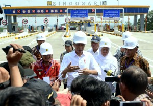 President Jokowi responds to reporters' questions after inaugurating the toll gate of Pandaan-Malang, East Java Province, Monday (13/5). (Photo By: Rahmat/PR)