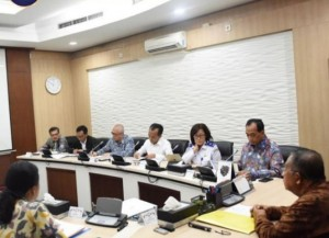 Minister for the Economy Darmin Nasution chairs a meeting on airfare at his office, Jakarta, Monday (13/5). (Photo by: Coordinating Ministry for the Economy PR)