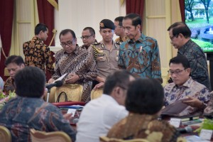President Jokowi accompanied by Minister of State Secretary Pratikno and Cabinet Secretary Pramono Anung before leading a limited meeting at the Merdeka Palace, Jakarta, Thursday (16/5). (Photo by: Agung/PR)