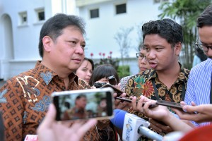 Minister of Industry Airlangga Hartarto speaks to reporters after a Limited Cabinet Meeting, at Merdeka Palace, Jakarta, Thursday (5/16). (Photo by: AGUNG/PR)
