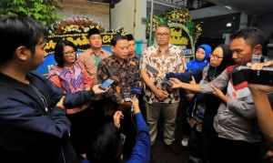 Head of the Election Supervisory Agency (Bawaslu) Abhan answers questions from reporters after visiting one of died election officers' house at Duren Tiga, Pancoran, South Jakarta, Tuesday (30/4). (Photo: Bawaslu PR)