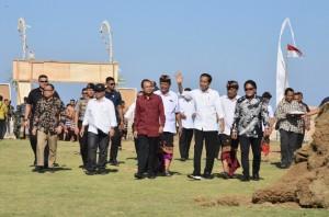 Presiden saat meninjau hasil pemanfaatan dana desa di Desa Kutuh, Kuta Selatan, Kabupaten Badung, Provinsi Bali, Jumat (17/5). (Foto: Humas/Oji).